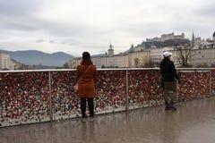 Vrouw die zich op Brug in Salzburg bevinden royalty-vrije stock foto's