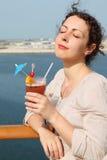 Vrouw die zich op cruisevoering bevindt met cocktail Stock Afbeeldingen