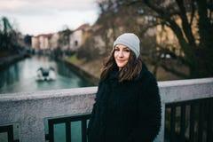 Vrouw die zich op de brug bevindt royalty-vrije stock foto's