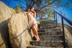 Vrouw die zich op de stappen bevinden Stock Afbeelding