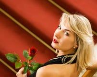 Vrouw die zich op een rood tapijt bevindt Royalty-vrije Stock Foto
