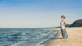 Vrouw die zich op een strand bevindt Stock Fotografie