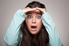 Vrouw die zich op en haar palm hebben gezet voorhoofd verheugen Stock Foto's