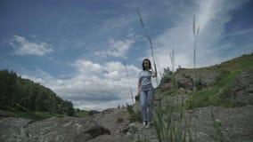 Vrouw die zich op groen gebied bevinden stock videobeelden