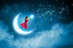 Vrouw die zich op maan bevinden Stock Afbeeldingen