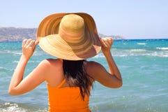 Vrouw die zich op oever bij het strand bevindt Stock Foto
