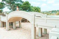 Vrouw die zich op overspannen brug bij Balmoral-Strand bevinden royalty-vrije stock foto