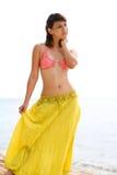 Vrouw die zich op strand het ontspannen bevindt stock afbeeldingen