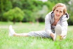 Vrouw die zich in openlucht uitrekt Stock Fotografie