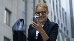 Vrouw die zich oprecht ontvangen e-mail met baan-van-droom aanbieding, succes verheugen stock video