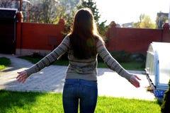 Vrouw die zich in tuin bevinden Royalty-vrije Stock Afbeeldingen
