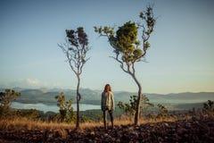 Vrouw die zich tussen twee bomen bevinden Royalty-vrije Stock Afbeelding