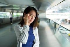 Vrouw die ziek bij openlucht voelen stock foto