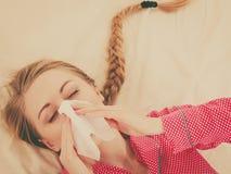 Vrouw die ziek hebbend griep die op bed liggen zijn Royalty-vrije Stock Afbeelding