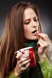 Vrouw die ziek met een koude en geneesmiddelen nemen voelen Royalty-vrije Stock Afbeeldingen