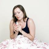 Vrouw die ziek met thee zijn royalty-vrije stock foto's