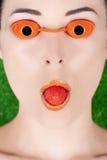 Vrouw die zonnebankglazen met aardbei draagt Stock Fotografie