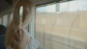 Vrouw die in zonnebril de mening van het venster bewonderen stock videobeelden