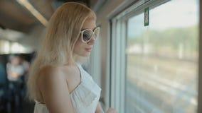 Vrouw die in zonnebril de mening van het venster bewonderen stock video