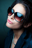 Vrouw die zonnebril draagt Royalty-vrije Stock Foto's