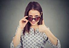 Vrouw die in zonnebril iets goedkeuren stock foto's