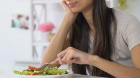 Vrouw die zwaar het bekijken plantaardige salade zuchten, die geen eetlust, dieet hebben stock footage