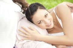 Vrouw die zwangere maag huging Royalty-vrije Stock Foto's