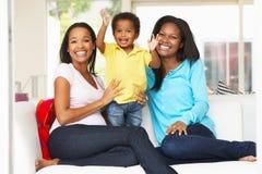 Vrouw die Zwangere Vriend met Zoon thuis bezoeken Stock Foto's