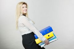 Vrouw die zware kleurrijke bindmiddelen met documenten houden Royalty-vrije Stock Foto
