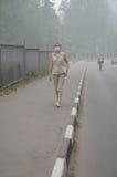 Vrouw die in Zware Smog loopt royalty-vrije stock afbeelding