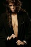 Vrouw die zwart jasje met kettingen draagt stock foto