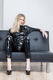 Vrouw die zwarte extravagante kleren dragen Stock Foto's