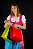 Vrouw in dirndl op het winkelen reis Stock Afbeeldingen
