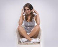 vrouw DJ dat retro hoofdtelefoons draagt Royalty-vrije Stock Foto's
