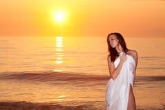 Vrouw door de oceaan Stock Fotografie