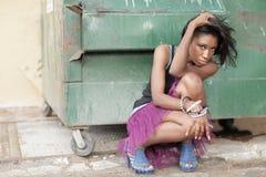 Vrouw door een dumpster stock foto