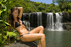 Vrouw door een waterval Stock Fotografie