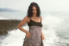 Vrouw door het overzees royalty-vrije stock fotografie