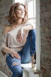 Vrouw door het venster Royalty-vrije Stock Afbeelding