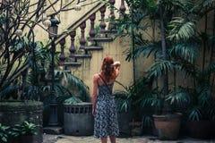 Vrouw door koloniale trap Stock Foto's