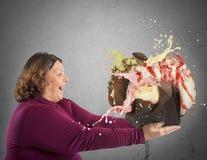 Vrouw door snoepje in verrukking dat wordt gebracht dat stock foto