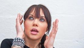 Vrouw door spook angst aan dat wordt gejaagd dat stock fotografie