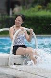 Vrouw door water Royalty-vrije Stock Afbeeldingen