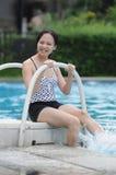 Vrouw door water Stock Foto