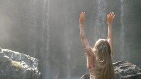 Vrouw door Waterval stock video