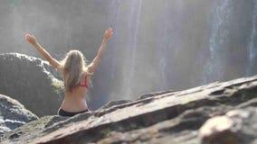 Vrouw door Waterval stock footage