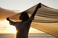 Vrouw door winderige oceaan. royalty-vrije stock afbeelding