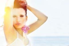 Vrouw door zonlicht wordt aangestoken dat Uitdrukkings sexy houding Royalty-vrije Stock Afbeelding