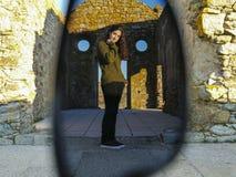 Vrouw door zonnebril Stock Fotografie