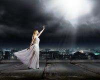 Vrouw in duisternis stock afbeelding